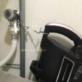 自立型スティック掃除機を自立させずにスキマに収納する。